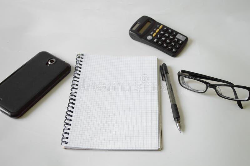 Notizbuch, Stift, Gläser und Rahmen lizenzfreie stockfotografie