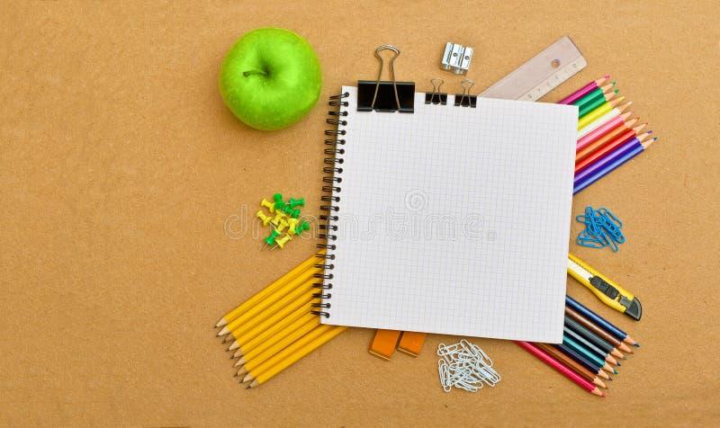 Notizbuch und Bürozubehöre stockfotografie