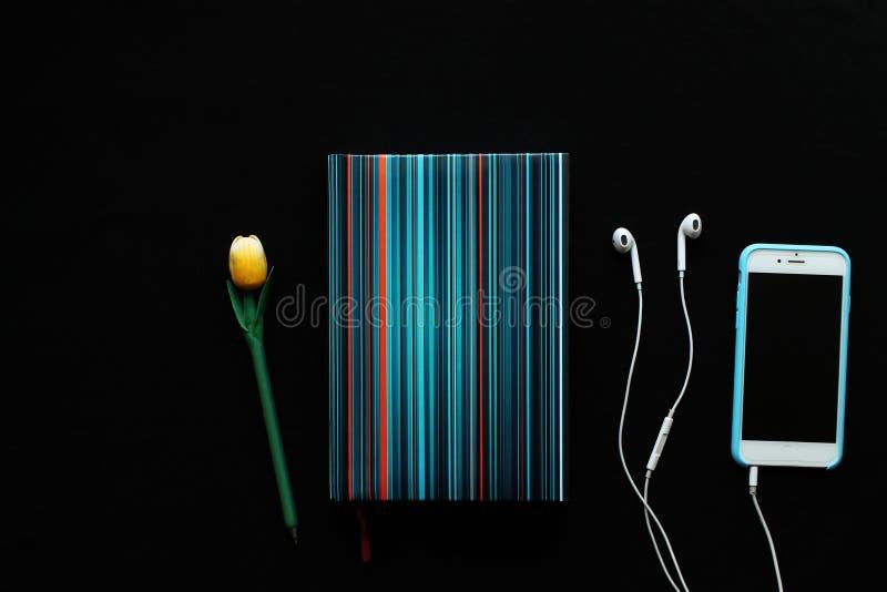 Notizbuch und Bleistift auf dem schwarzen Hintergrund lizenzfreie stockbilder