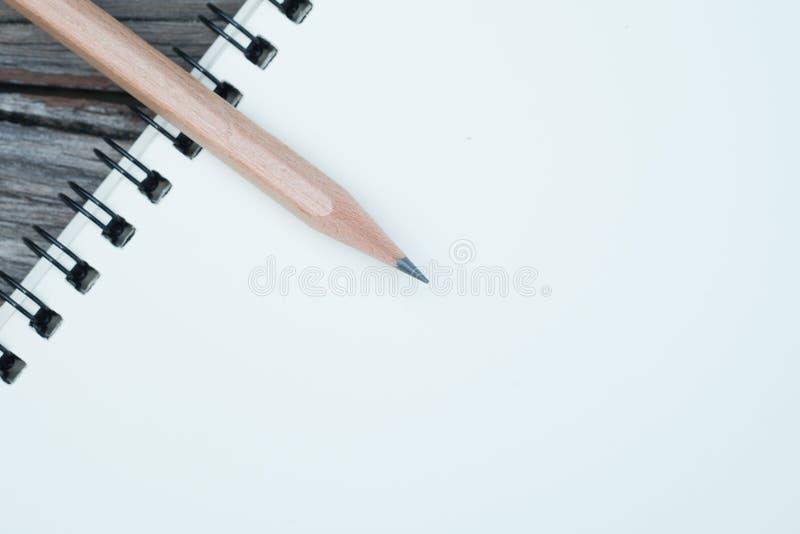 Notizbuch und Bleistift auf Schreibtisch stockbild
