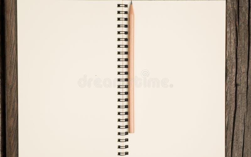 Notizbuch und Bleistift auf Tabelle stockbild