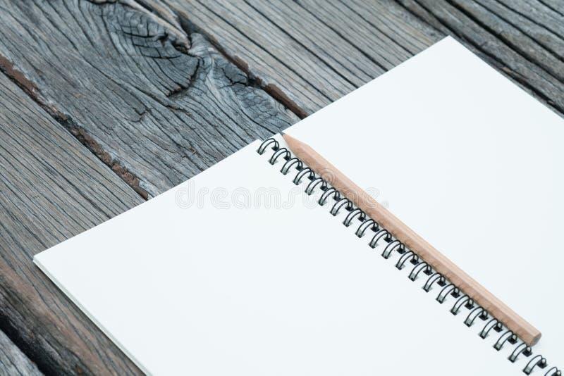 Notizbuch und Bleistift auf Tabelle lizenzfreies stockfoto