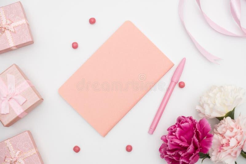 Notizbuch und Geschenkbox auf weißem Hintergrund lizenzfreie stockfotos