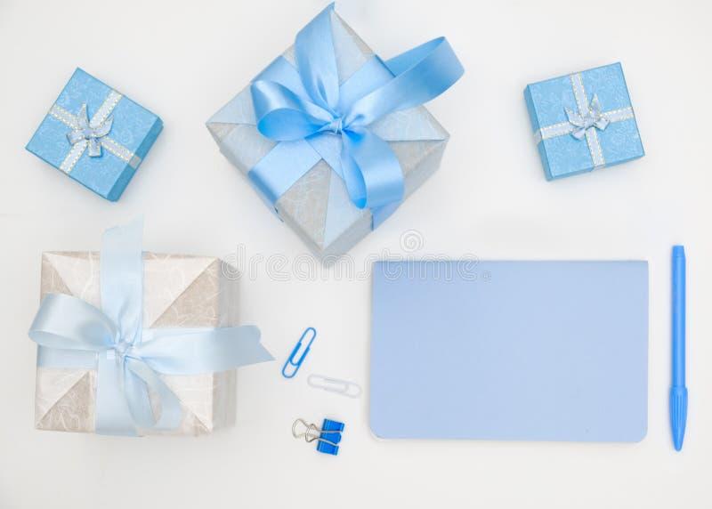 Notizbuch und Geschenkbox auf weißem Hintergrund lizenzfreies stockbild