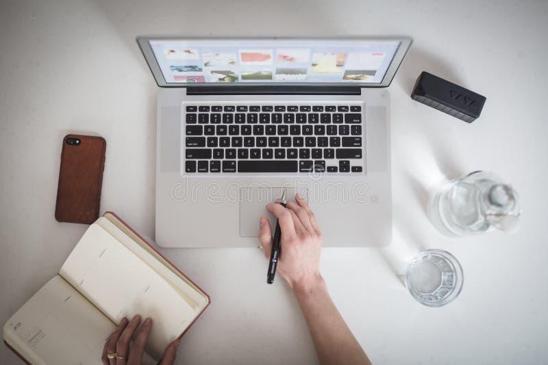 Notizbuch und Laptop lizenzfreies stockbild