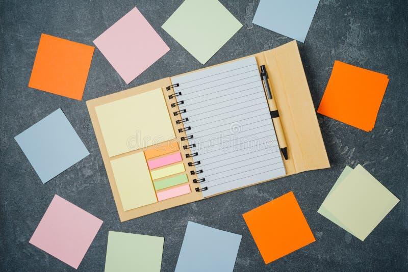 Notizbuch- und Notizanmerkungen über Tafel Draufsicht von oben stockfoto