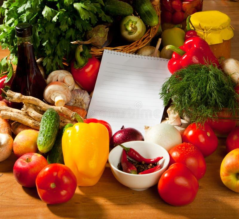 Notizbuchpapier, zum von Rezepten und von Gemüse zu schreiben lizenzfreie stockfotos