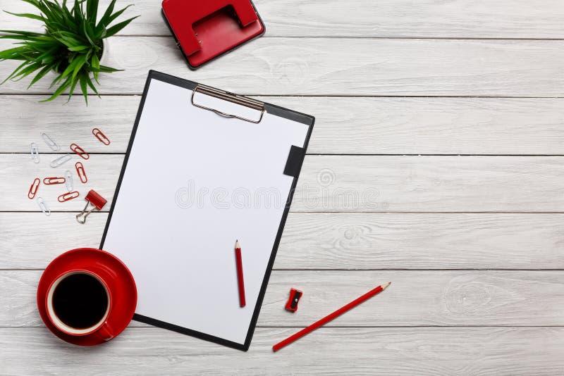 Notizbuchschalenmorgenkaffeeuhrbüroklammertastaturmäusebüroangestelltbüro der weißen Tabellenbrett-Ordner rotes stockbild