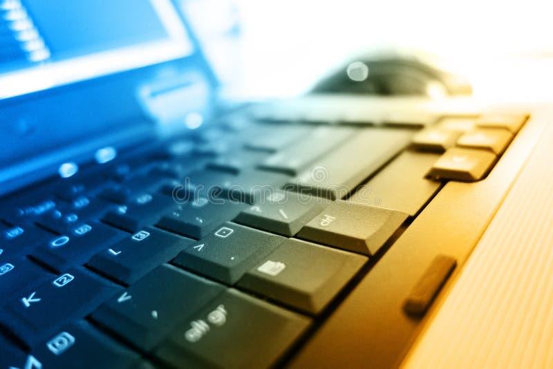 Notizbuchtastatur in den warmen Farben stockbilder