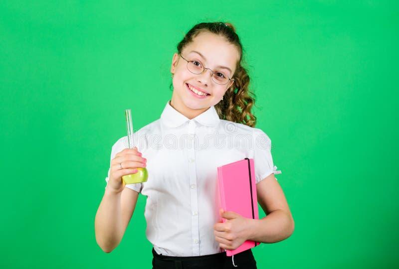 Notizie buone ricerca di scienza in laboratorio Piccola ragazza della scuola lezione di bilogy di studio del bambino con la nota  fotografia stock libera da diritti