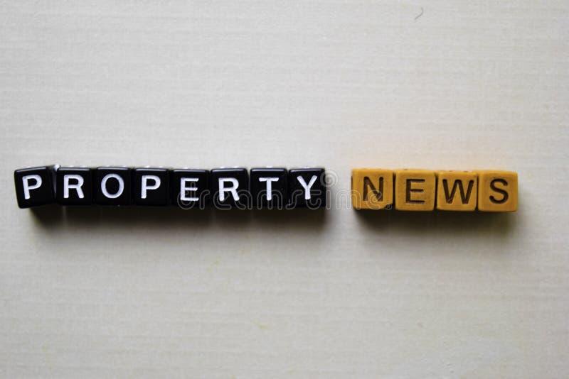 Notizie della proprietà sui blocchi di legno Concetto di ispirazione e di affari immagine stock libera da diritti