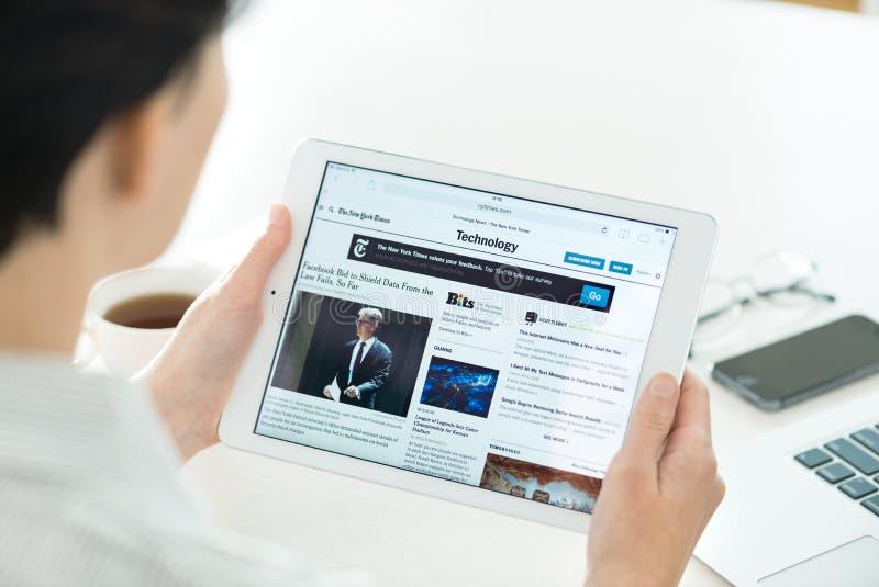 Notizie di tecnologia sull'aria del iPad di Apple fotografie stock