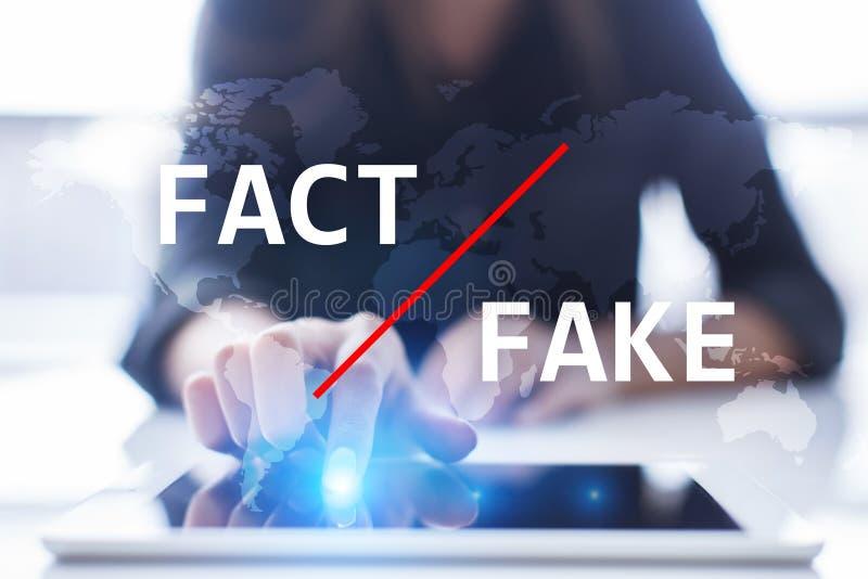 Notizie false in media Tecnologia di manipolazione Concetto di Internet e di affari sullo schermo virtuale fotografia stock libera da diritti