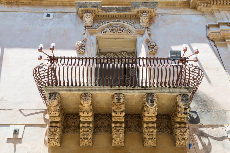 NOTO, ITALIA - dettaglio del balcone barrocco, 1750 immagini stock libere da diritti