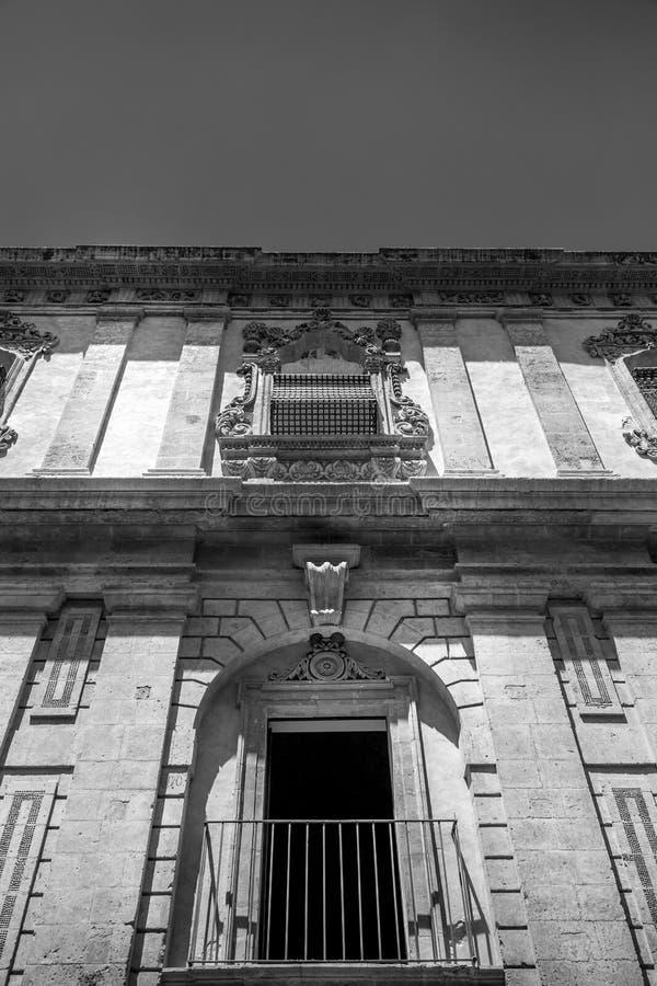 NOTO, ITALIEN - traditionelles Fensterdesign im Klosterabschluß t stockbilder