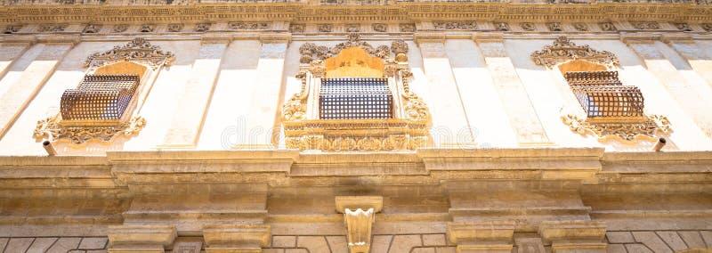 NOTO, ITALIEN - traditionelles Fensterdesign im Klosterabschluß t stockbild