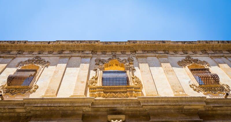 NOTO, ITALIEN - traditionelles Fensterdesign im Klosterabschluß t lizenzfreies stockbild