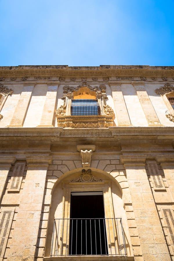 NOTO, ITALIEN - traditionelles Fensterdesign im Klosterabschluß t stockfotos