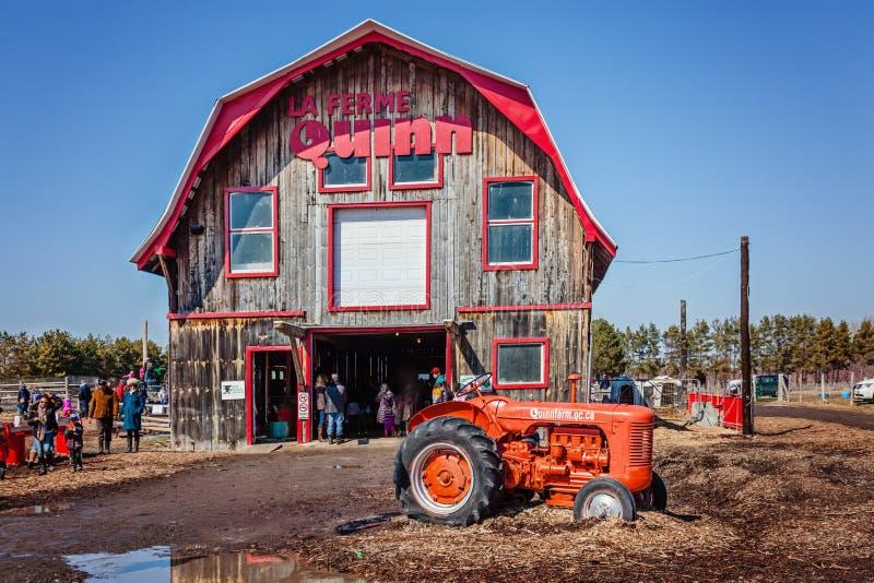 Notre-Дам-de-l ` Ile-Perrot, большая область Монреаля, Квебек, Канада - 27-ое марта 2016: Семьи приходя на ферму Quinn на пасхе стоковое изображение