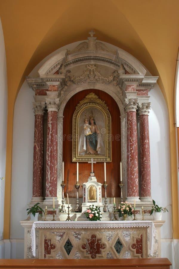 Notre autel de Madame dans l'église de la Vierge Blessed de la purification dans Smokvica, Croatie image stock
