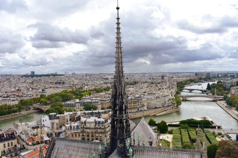 Notre Damae iglica, los angeles Fleche i dachy przed ogieniem, Pejza? miejski z wonton obrazy royalty free
