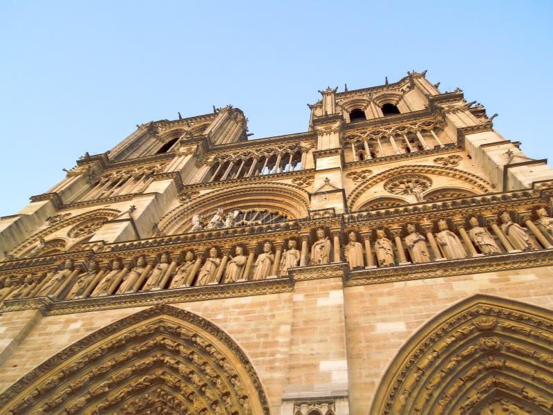 Notre Dame前面门面陡峭的角度照片 图库摄影