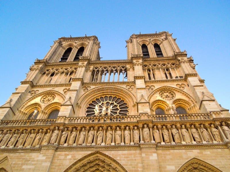 Notre Dame前面门面陡峭的角度照片 免版税库存照片