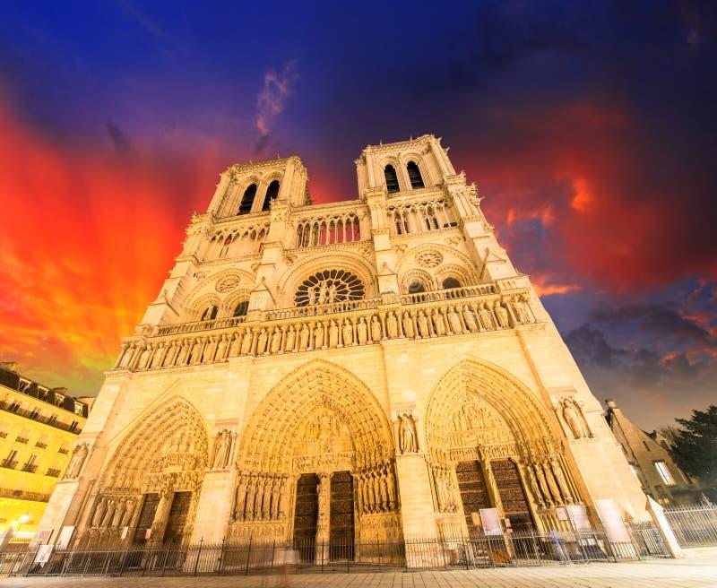 Notre Dame大教堂-巴黎。 美妙的冬天天空 免版税库存图片