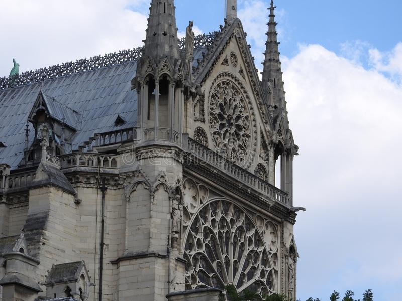 Notre Dame门面反对天空蔚蓝的 免版税库存图片