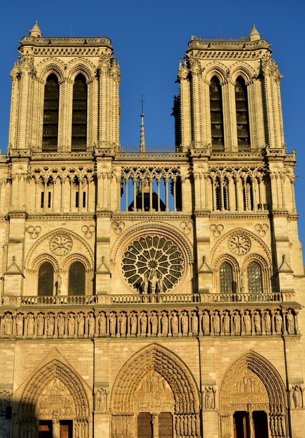 Notre Dame,巴黎,法国 门面和尖顶与日落光 库存照片