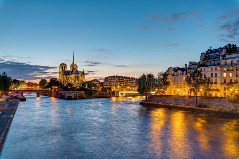 Notre Dame και Ile de Λα Cite στοκ φωτογραφία με δικαίωμα ελεύθερης χρήσης