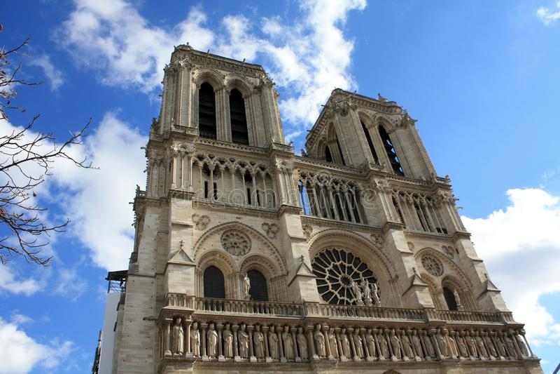 Notre Dame Παρίσι με τον καθεδρικό ναό gargoyles στη Γαλλία στοκ εικόνα