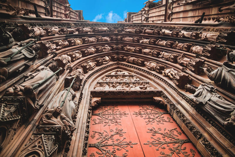 Notre Dame av den Strasbourg domkyrkaingången royaltyfria foton