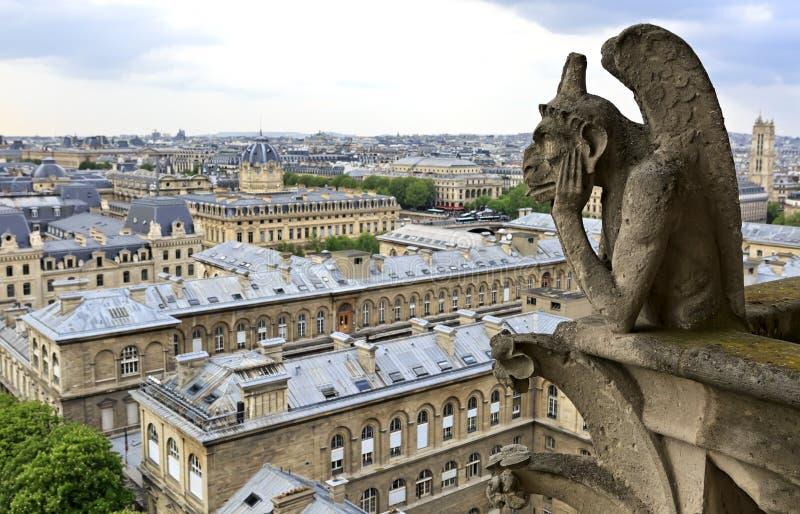 Notre Dame av Paris: Berömd skenbild (demon) som förbiser Eiffeltorn på en vårdag, Frankrike royaltyfria foton