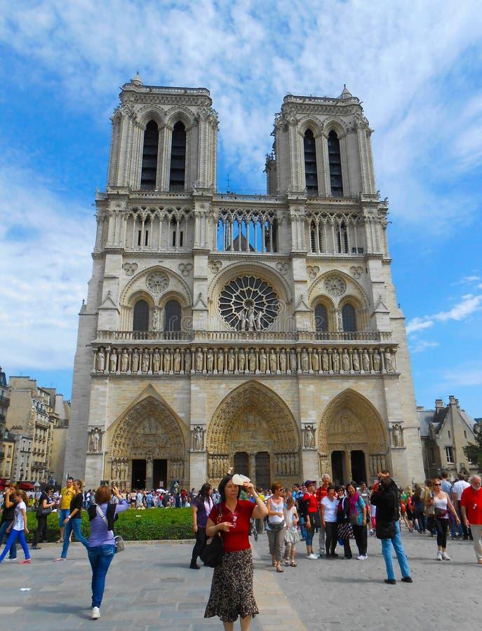 Notre Dame avec le touriste Selfies photos stock