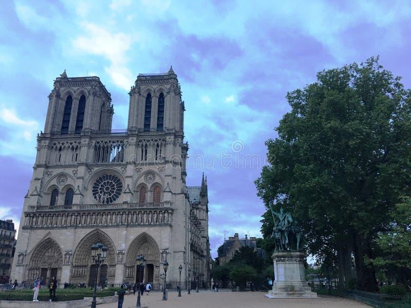 Notre Dame. Catedral Francesa - Estilo Gótico - Rio Sena - River - Sinos - F royalty free stock images