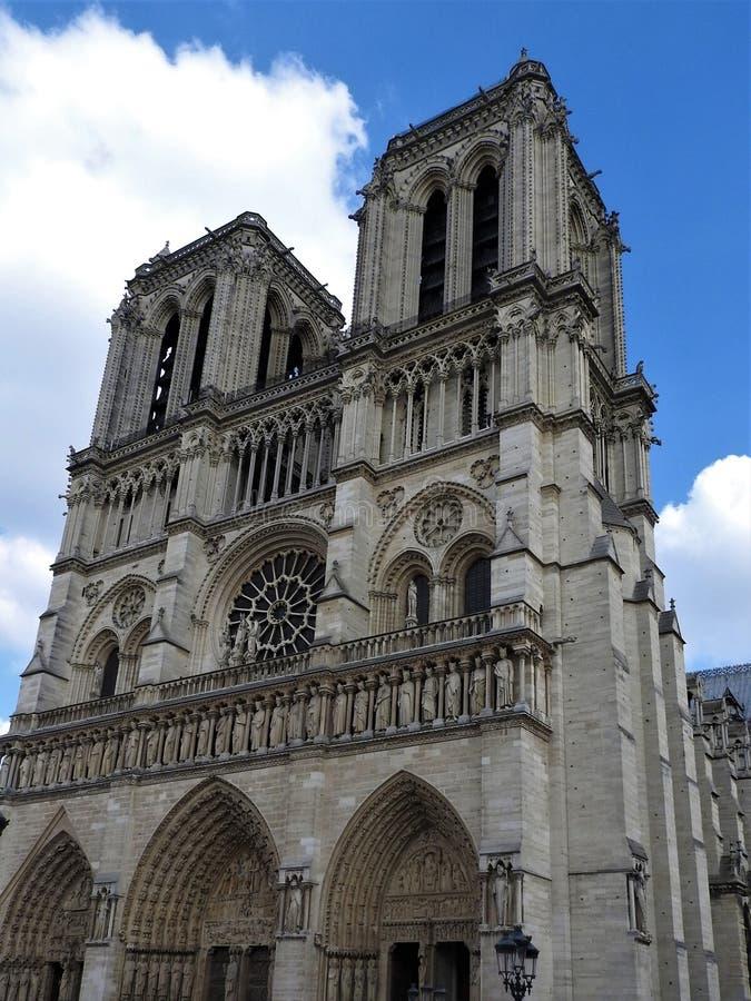 Notre Dame Cathedral, facciata, chiaro giorno, Parigi, Francia fotografie stock libere da diritti