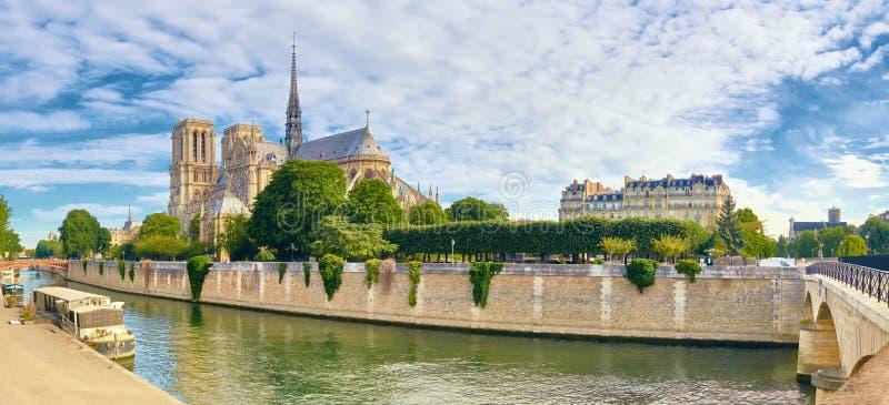 Notre Dame Cathedral i Paris i vår royaltyfri foto