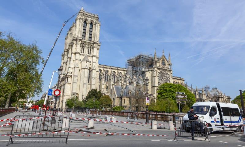 Notre Dame Cathedral in Paris nach dem Feuer lizenzfreies stockbild