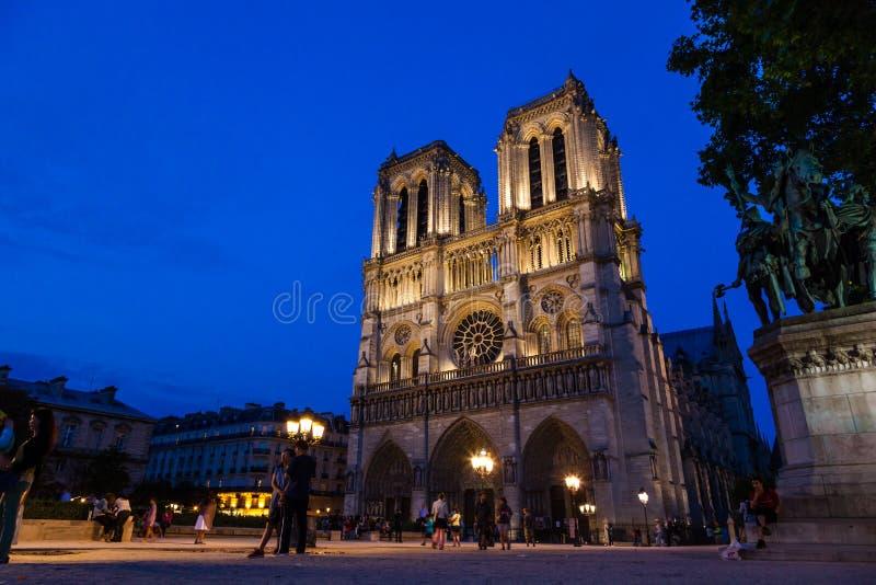 Notre Dame Cathedral som tänds upp på natten arkivbilder
