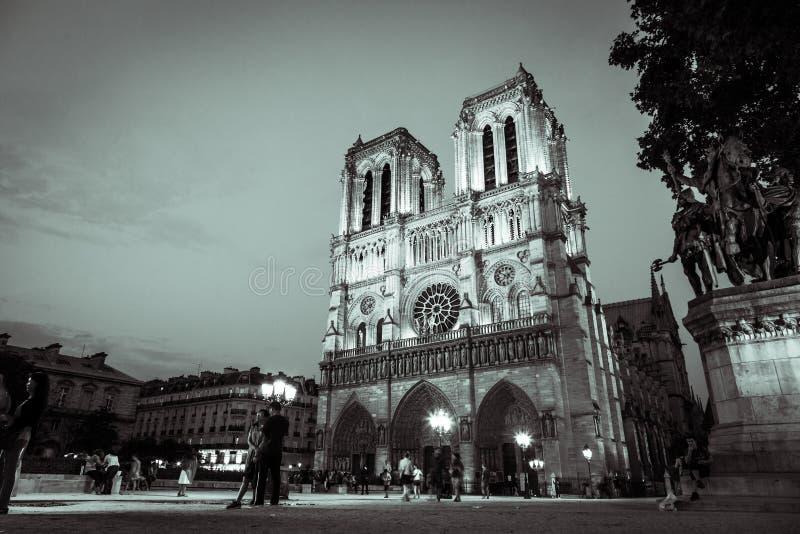 Notre Dame Cathedral tände upp på natten i svartvitt arkivbild