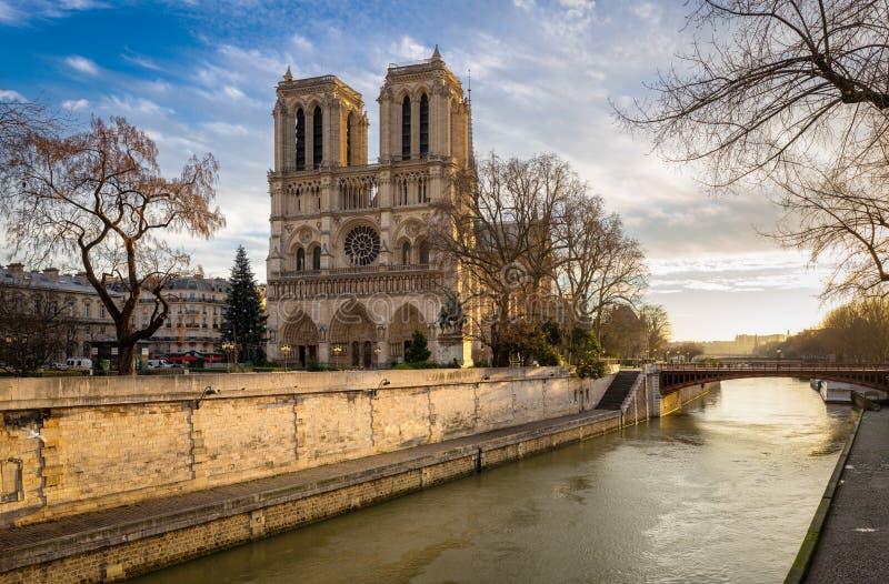 Notre Dame Cathedral und die Seine auf Winter-Morgen Paris lizenzfreies stockfoto