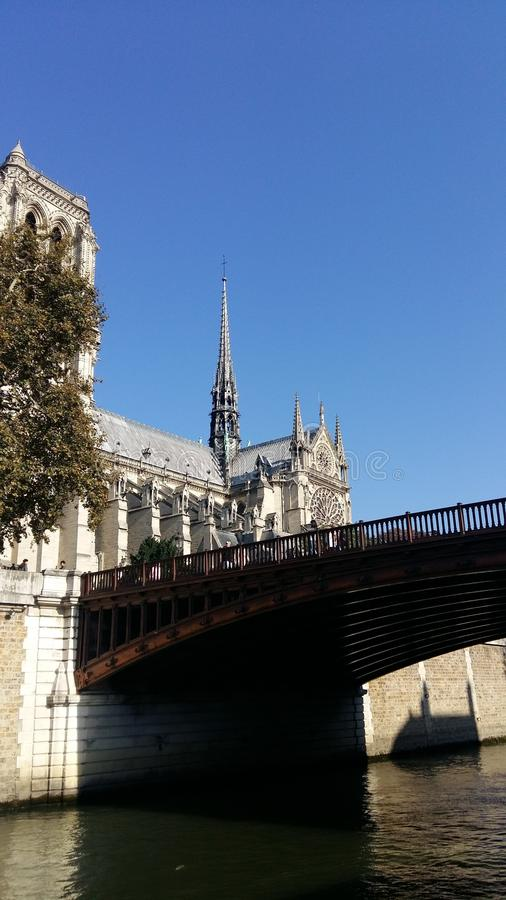 Notre Dame Cathedral, vue extérieure de Siena River, assise sur le marge photos stock