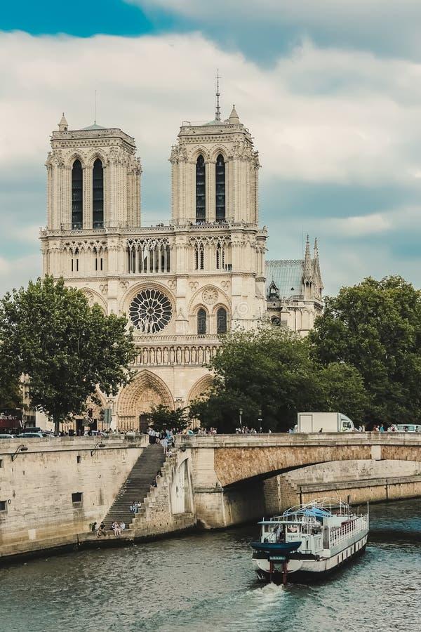 Notre Dame con el barco en el Sena, Francia imagen de archivo