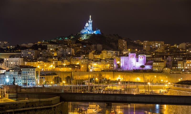 Notre-Dame de la Garde över den gamla porten i Marseille arkivfoto