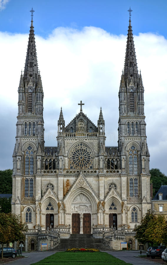 Notre Dame de Montligeon Basilica i lantliga Frankrike royaltyfri fotografi