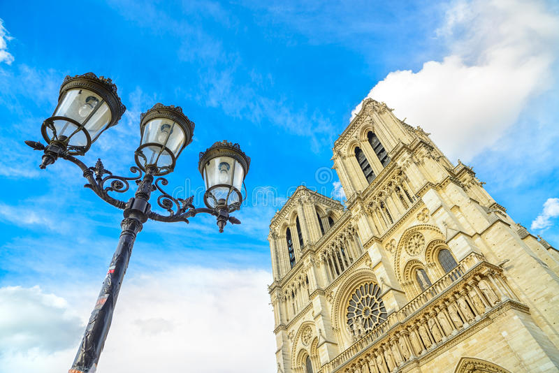 Notre Dame de Paris Cathedral em Ile menciona a lâmpada da ilha e de rua. Paris, França imagens de stock royalty free