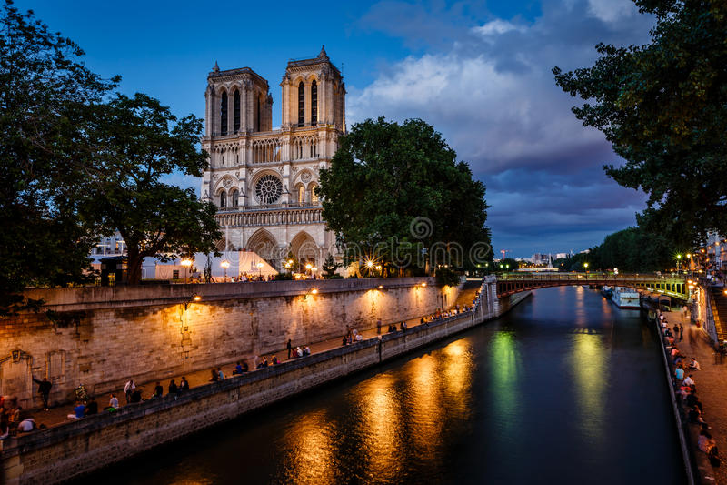 Notre Dame de Paris Cathedral en Zegenrivier in de Avond royalty-vrije stock afbeeldingen