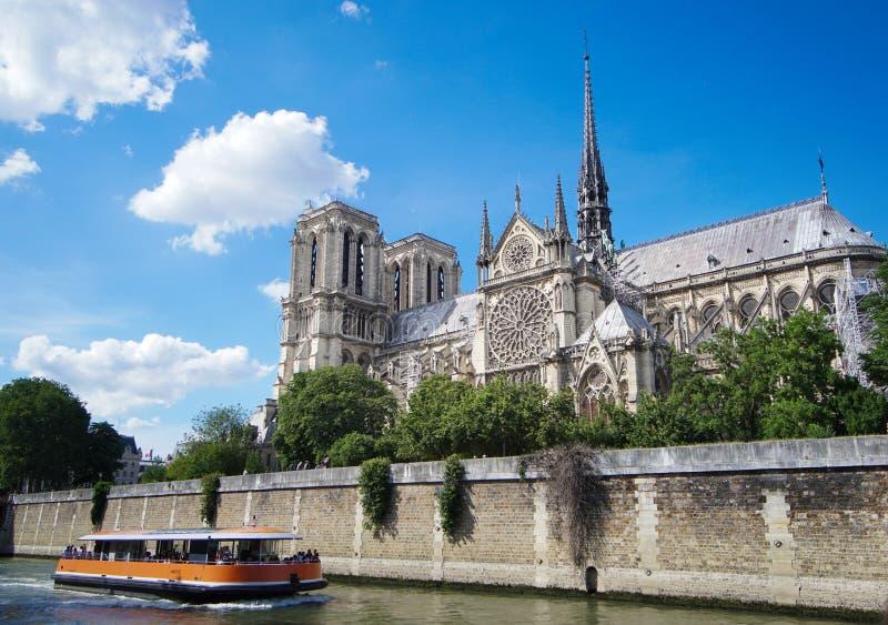 Notre Dame de Paris Cathedral, vista do rio Seine Paris, France em junho de 2018 imagens de stock