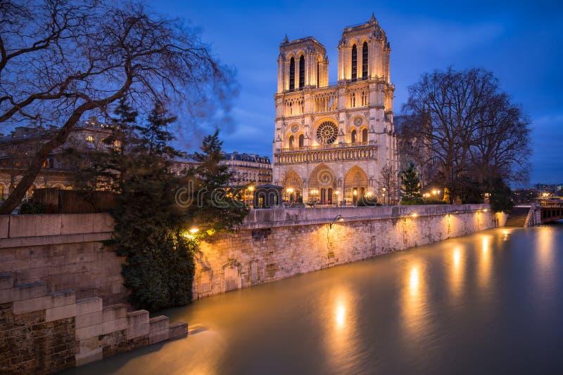 Notre Dame de Paris Catheral no crepúsculo com o Seine River de transbordamento, Paris, França fotografia de stock